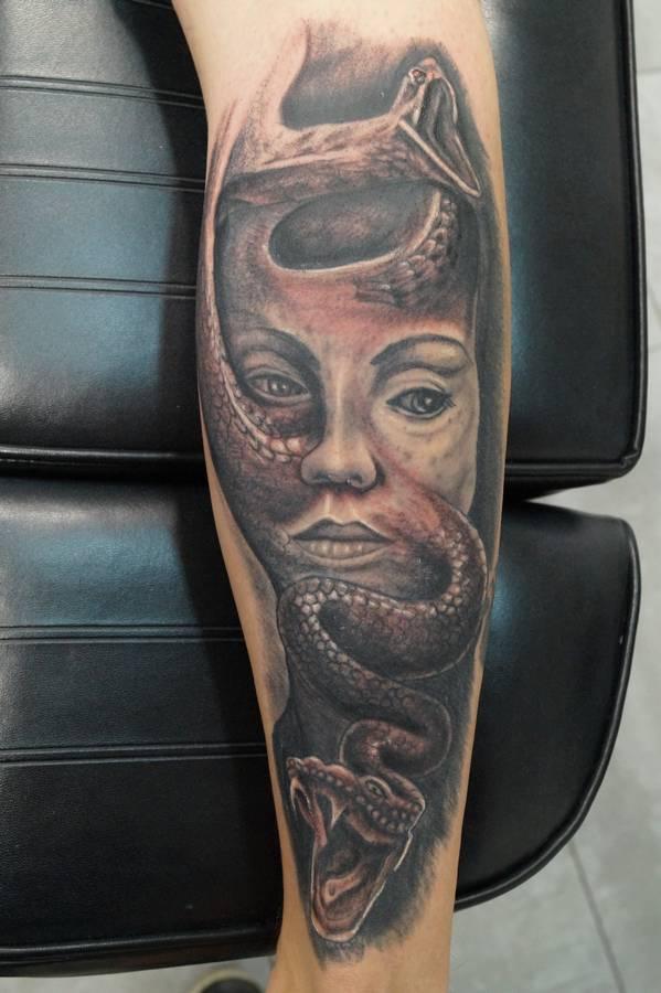 realisme-avant-bras-tete-de-femme-serpant-cobra-15