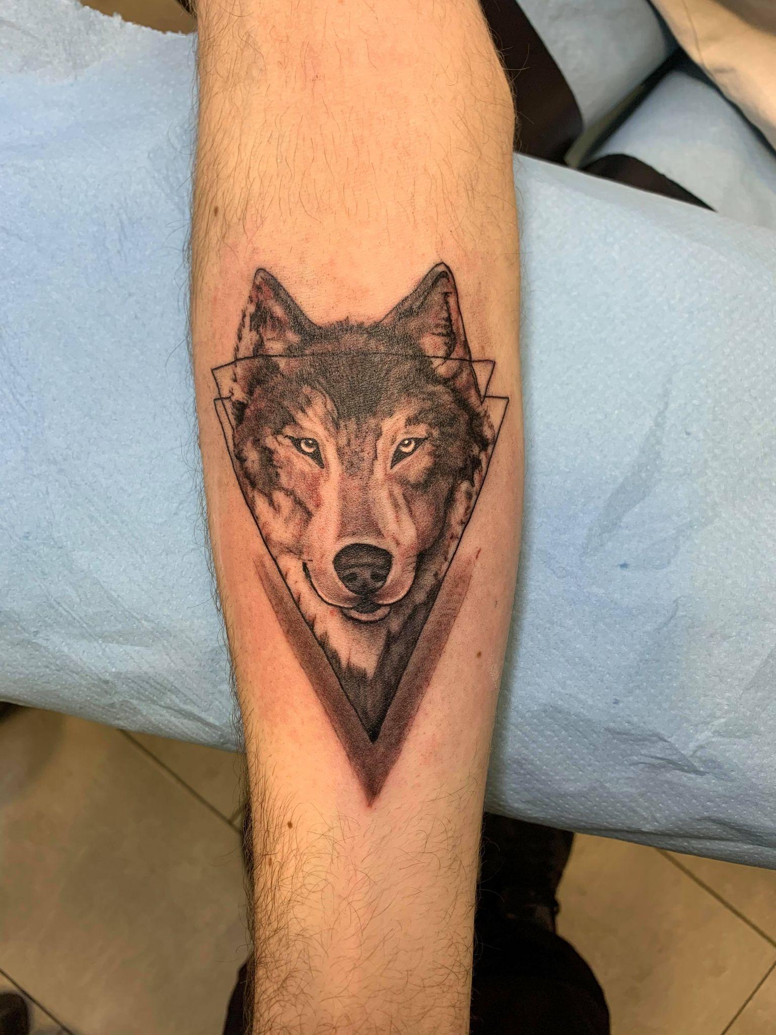 tatouage babylone tattoo avant bras noir ombrages tete de loup 136