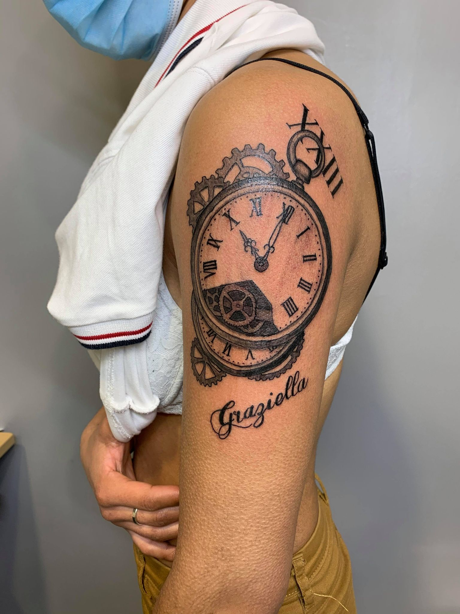 tatouage babylone tattoo epaule bras noir ombrages lettrages montre gousset chiffres romain 130