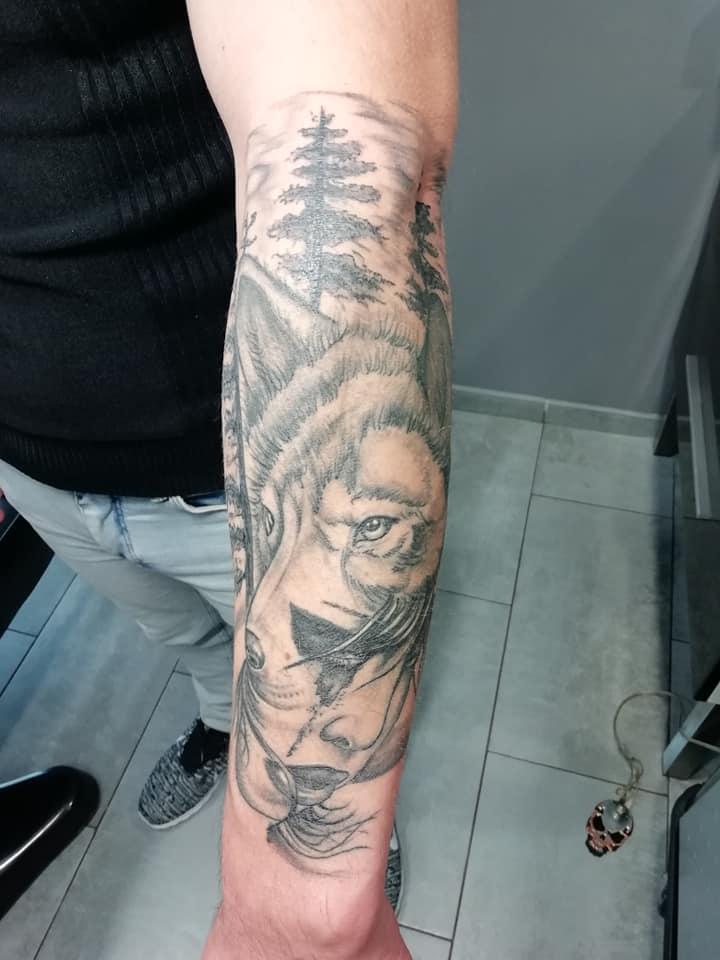 tatouage loup femme arbre avant bras noir nombrage realism 82