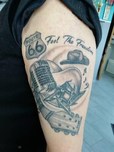 tatouage realism micro lod scool guitar chapeaus metalicka lettrages 90