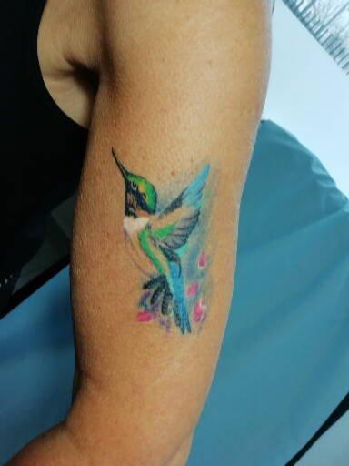tatouage realism oiseaux collibri couleurs 92