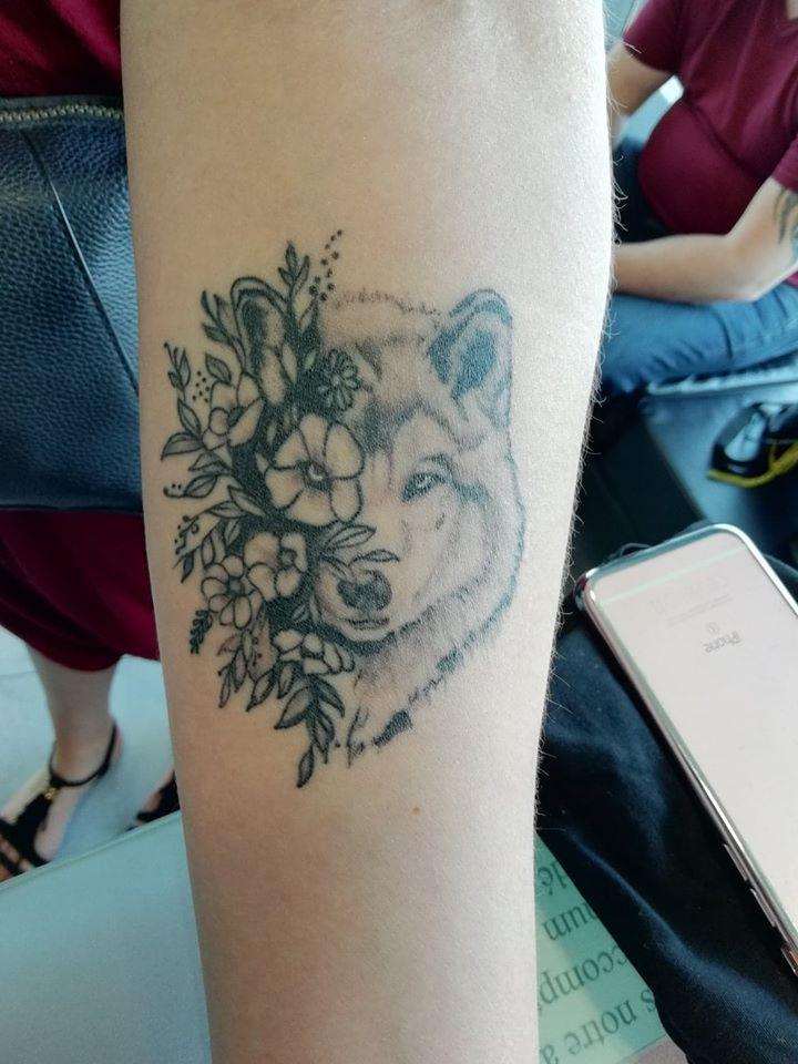 tattoo loup fleurs noir ombrage 50