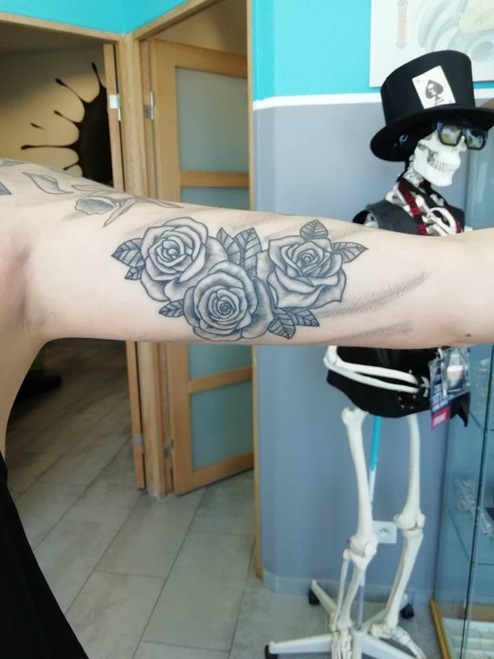 tattoo noir ombrages roses 56