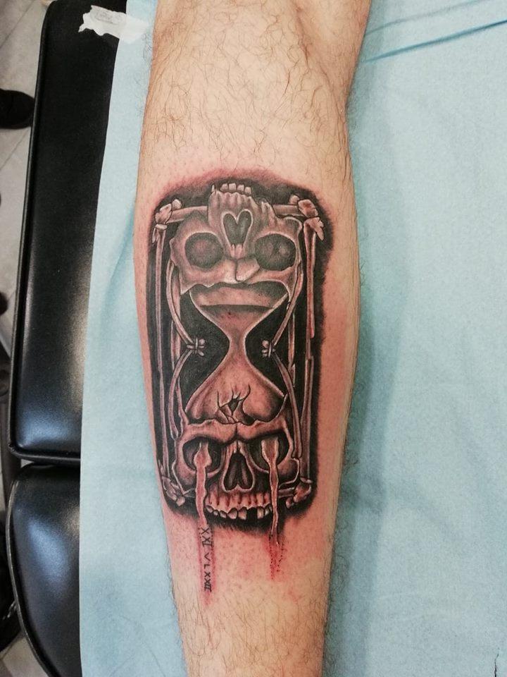 tattoo noir ombrages sablier tete de mord 59