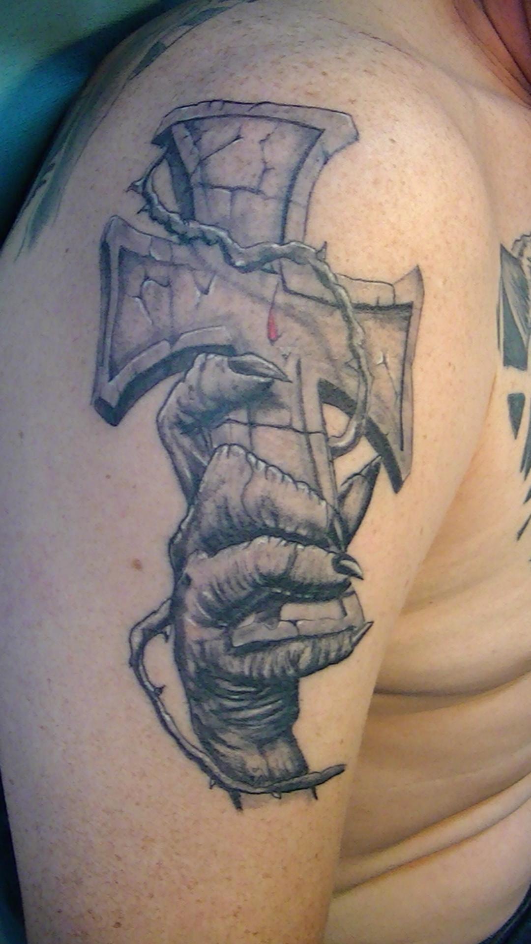 tattoo realisme main croix 67