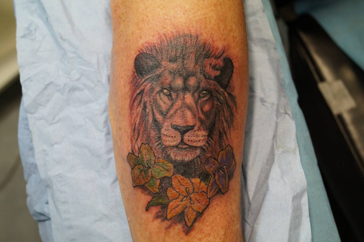 tattoo-recouvrement-avant-bra-lion-fleurs-24